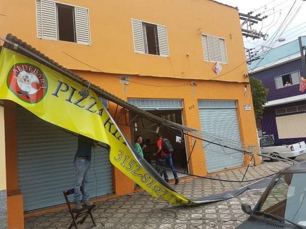 Chuva derrubou placas de comércios na cidade (Foto: Arquivo Pessoal/Everson Royal)