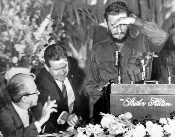 Cubriendose de las luces de las lamparas, Fidel comienza a hablar ante los miembros de la Sociedad de Editores de Prensa de Washington. Foto: Revolución