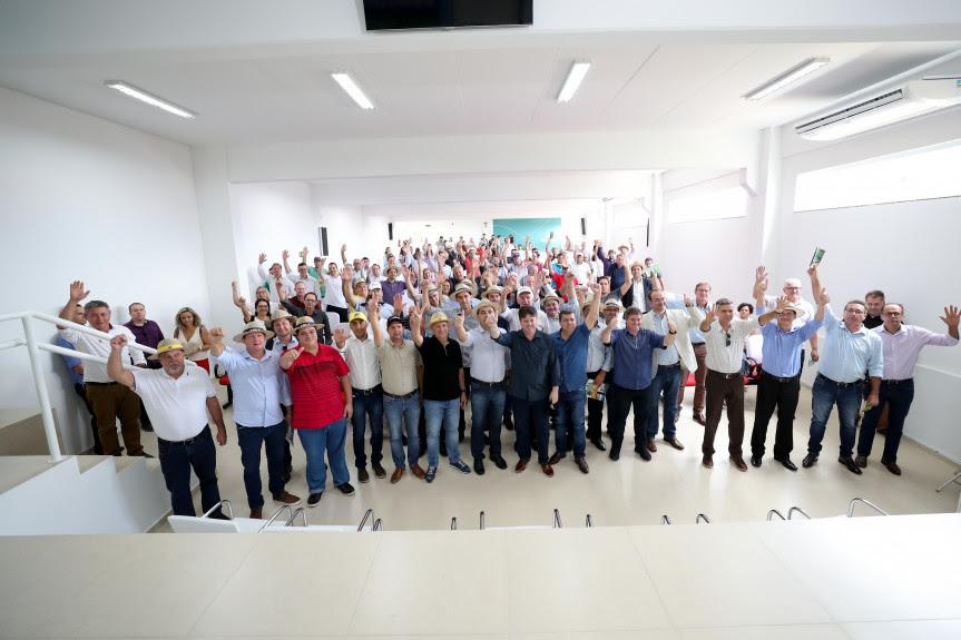 Moção de apoio aos projetos que tramitam no Congresso Nacional foi aprovada por prefeitos durante reunião promovida pelas Associações de Municípios do Oeste e Sudoeste do Paraná que teve a presença do governador e deputados estaduais.