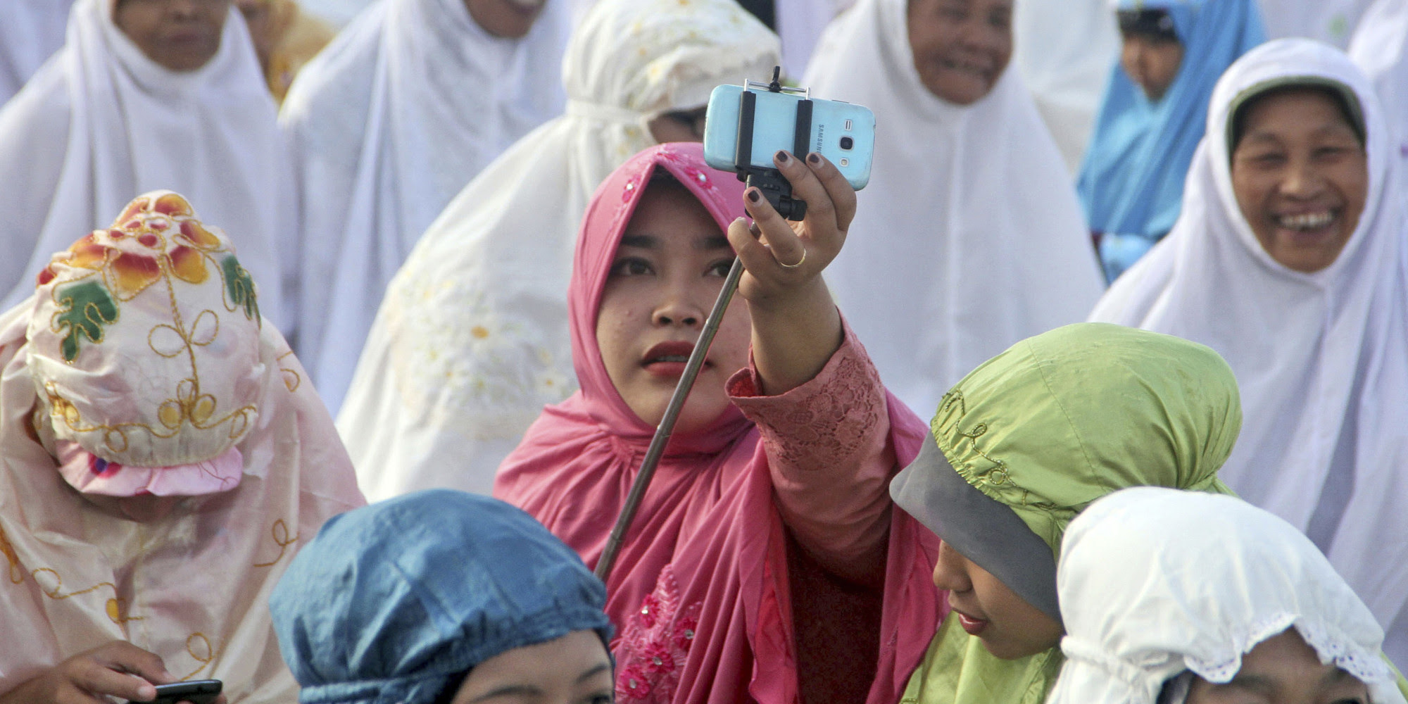 Indonesian Cleric Calls Selfies A Sin. Muslim Youth Respond With More Selfies.  HuffPost