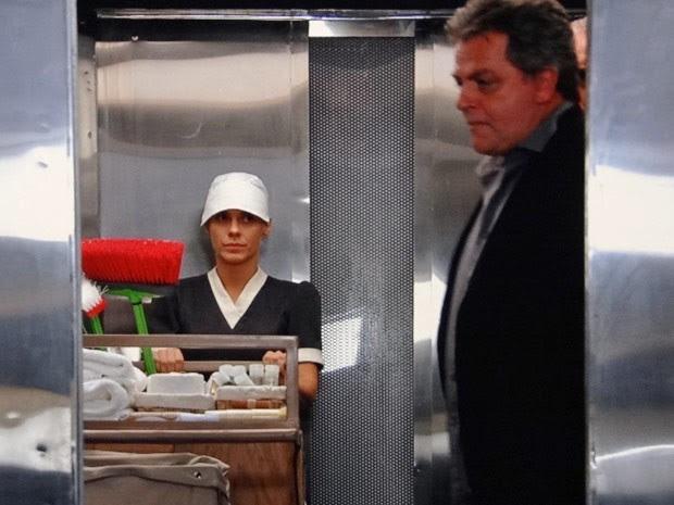 Jéssica finge ser camareira e consegue escapar de hotel! (Foto: Salve Jorge/TV Globo)