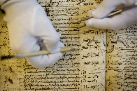 Proceso de restauración de uno de los documentos. | Efe