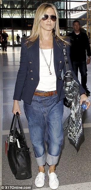 Geri koydu bakalım: O Justin Theroux ile LAX gelen jeti olarak Jennifer Aniston şalvar kot pantolon giydiğinde