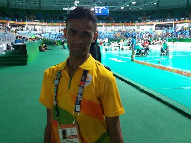 Alex Sandro é voluntário da Paralimpíada que possui paralisia cerebral (Foto: Cristina Boeckel/ G1)