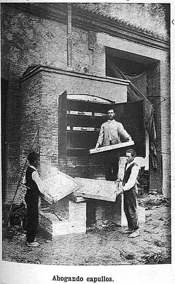 Ahogando capullos de gusanos de seda en el Monasterio de San Bernardo en Toledo en 1925.