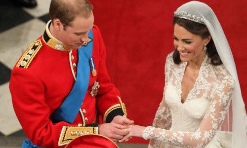 """makeyoustupid:  Kate sofriabullying. Kate tinha uma foto do príncipe William pendurada na parede do quarto dela, assim como várias outras meninas. Kate tinha o sonho de se casar com ele, assim como várias outras meninas. O percentual de matrículas da Universidade Saint Andrews cresceu 44% naquele ano, e de cada 10 alunos 9 eram mulheres. Era""""impossível""""chamar a atenção do príncipe no meio daquela multidão, era """"impossível"""" ter uma chance com ele, afinal, todas elas eram plebeias. Mas nem por isso Kate deixou de acreditar… e hoje, quando ela subiu no altar, era ele quem a estava esperando. E hoje eu aprendi que não importa. Não importa se é aquele garoto que faz seu coração disparar ou o príncipe da Inglaterra. O que importa é que nada é impossível. Não interessa quem entre no caminho, o que é seuÉ SEUe vai chegar no momento certo. A vida sempre tem algo guardado pra você!"""