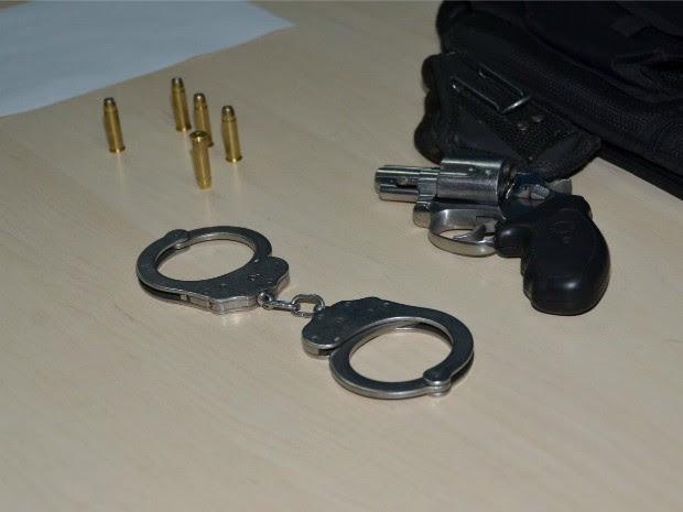 Revólver foi encontrado com PM aposentado suspeito de homicídio, em Manaus (Foto: Divulgação/Polícia Civil)