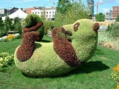 Lovely  Fresh garden wid creative sculptures