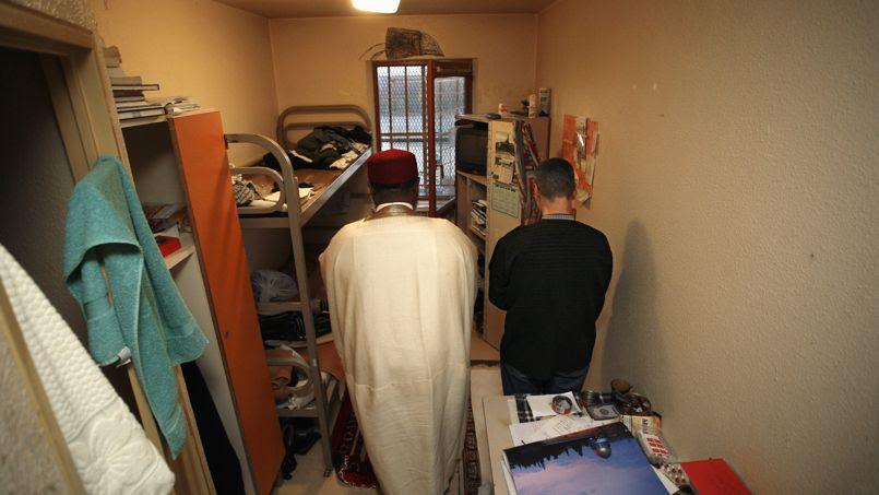 Prière en cellule à la maison d'arrêt d'Osny, dans le Val-d'Oise, en compagnie d'un aumônier musulman.