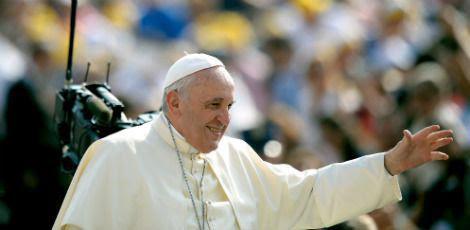 Papa Francisco ataca regulamente os pais ditadores, mas também aqueles que se comportam como amigos de seus filhos / Foto: AFP