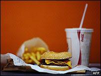 Hamburguesa, refresco y papas fritas
