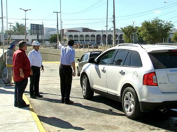 Secretário Bismarck Maia orienta motorista na entrada de um dos novos túneis, na Avenida Washigton Soares (Foto: TV Verdes Mares/Reprodução)