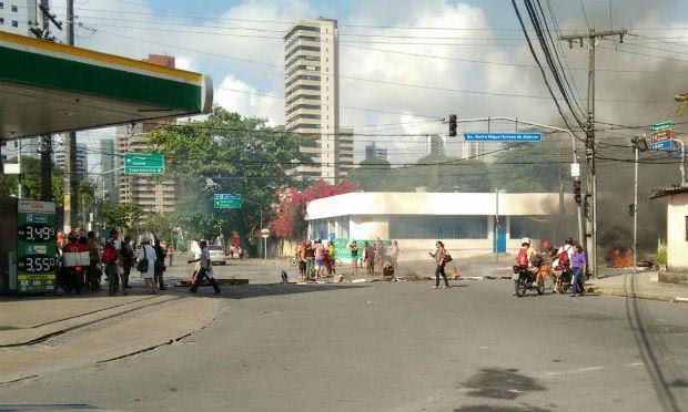 A via está bloqueada com pneus e entulhos queimados / Foto: Getúlio Vargas Barros / Cortesia