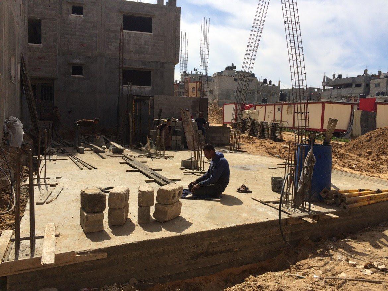 Una casa in costruzione a Shujayea (foto Michele Giorgio)