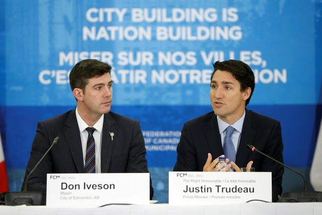 Le maire d'Edmonton Don Iveson avec le premier... (Chris Wattie, REUTERS)