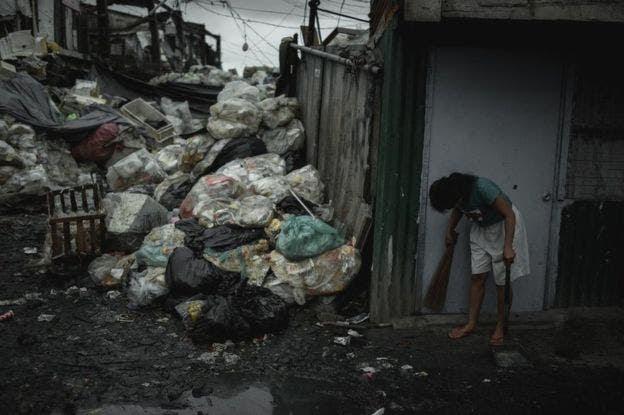La basura se acumula en Happyland, en el distrito de Tondo, Manila