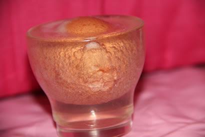 Un huevo metido en vinagre produce burbujas de CO2. Foto de eureka! Zientzia museoa.
