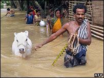 Family flee floods in India