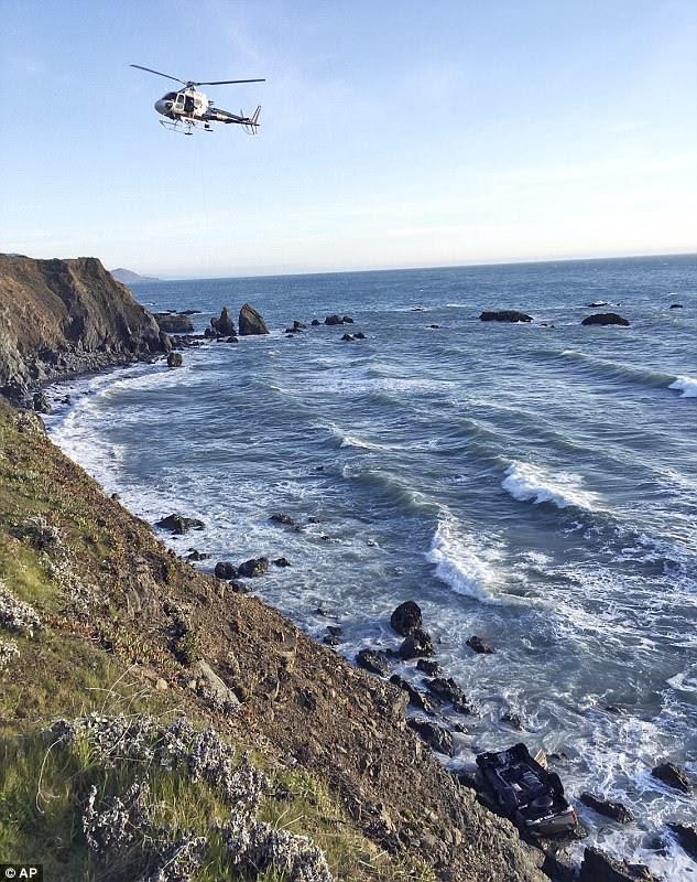 La voiture de la famille a été repérée lundi au bas de la falaise et les pompiers ont dû descendre en rappel pour récupérer les corps.