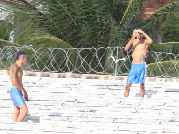 Presos são flagrados com armas brancas e celulares em Alcaçuz (Foto: José Aldenir)