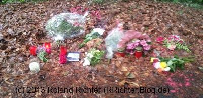 Am Montag aufgenommenes Bilder der für Vanessa hinterlegten Blumen. Heute sind es deutlich mehr.