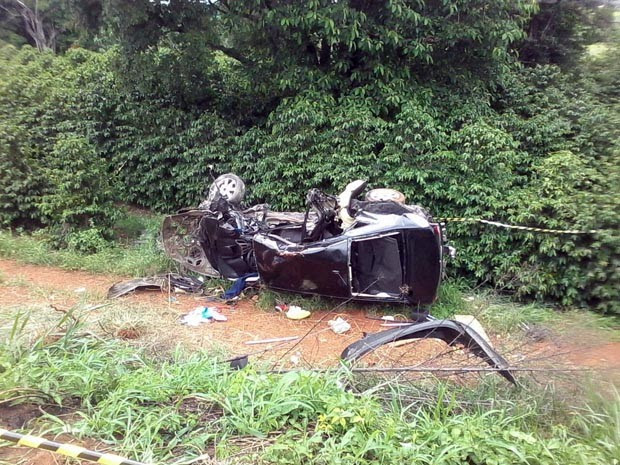 Uma das vítimas foi arremessada para fora do carro em Boa Esperança (Foto: Karine Fernanda Teodoro)