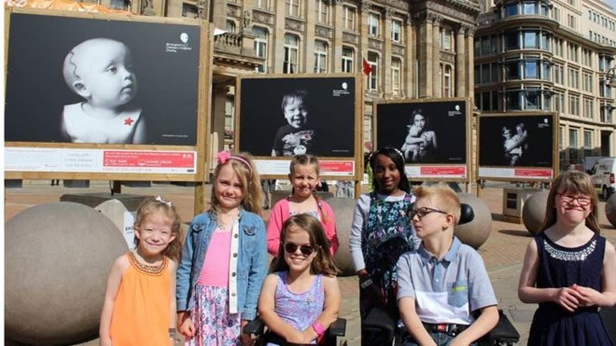 Retratos e histórias de crianças com doenças raras atendidadas por hospital em Birmingham, na Inglaterra, são exibidas em exposição (Foto: Birmingham Children's Hospital)