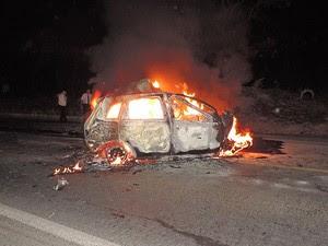Carro ficou completamente destruído em Luís Eduardo Magalhães (Foto: Edivaldo Braga/Blog Braga)