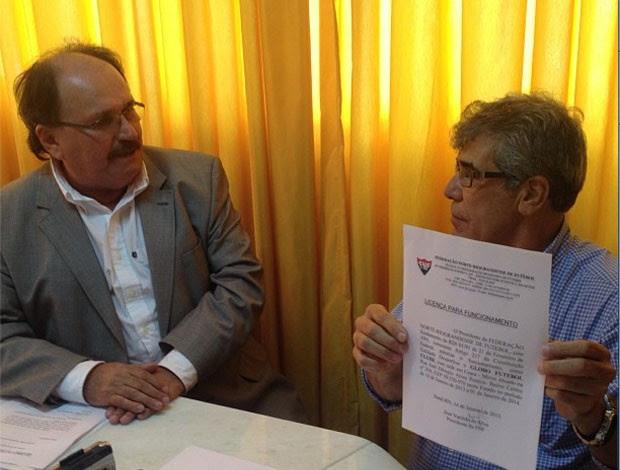 José Vanildo, presidente da FNF, entrega ficha de filiação a Marconi Barretto, presidente do Globo Futebol Clube (Foto: Alan Oliveira/Divulgação)