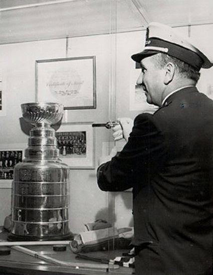 Ken Kilander Steals Stanley Cup photo Ken Kilander Cup UPI Photo.jpg