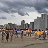 Turistas lotam a Praia Grande mesmo com tempo nublado