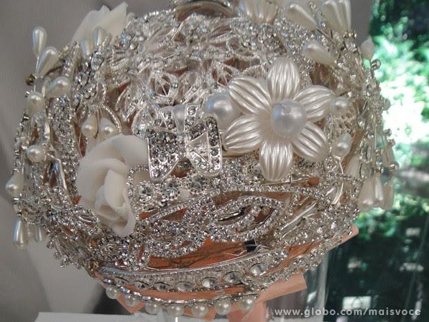Mais uma ideia de buquê de broches, pérolas e bijuterias que está em alta (Foto: Mais Você/TV Globo)