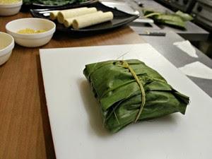 Lombo do pirarucu é necessário ser enrolar em folha de bananeira antes de ir ao forno (Foto: Adneison Severiano G1/AM)