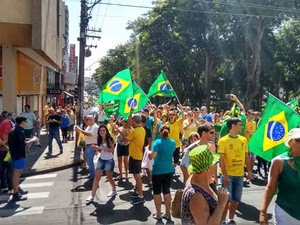 Em Jaú, manifestantes saíram pelas ruas do centro  (Foto: Marco Antonio/ Arquivo Pessoal )