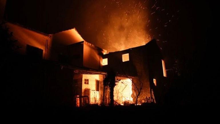 Σπίτια τυλίγονται στις φλόγες