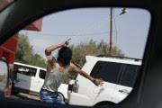 Un manifestant palestinien utilise un lance-pierre lors d'un... (PHOTO NASSER SHIYOUKHI, AP) - image 3.0