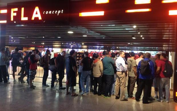 fila loja flamengo camisa (Foto: Cahê Mota )