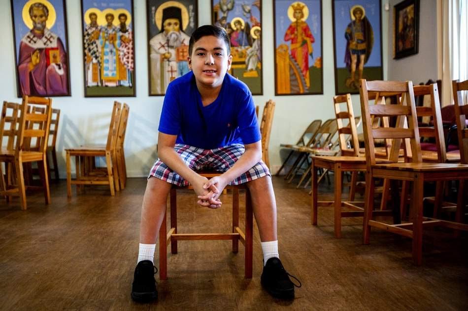 O 11χρονος ομογενής Ουίλιαμ Μαϊλλης στον ιερό ναό των Αγίων Ραφαήλ, Νικολάου και Ειρήνης στη Φλόριντα (Φωτογραφία: Tampa Bay Times)