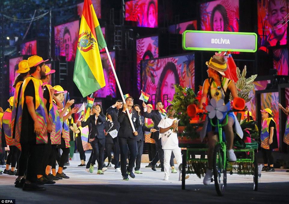 Acompanhar e estrela campo Angela Castro da Bolívia leva sua equipe, agitando a bandeira boliviana, no Estádio do Maracanã