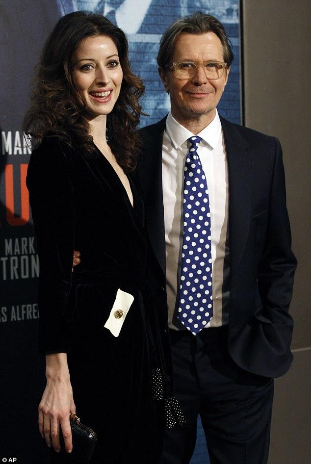Star: O ator britânico Gary Oldman teve o apoio de sua esposa, Alexandra na estréia de seu filme