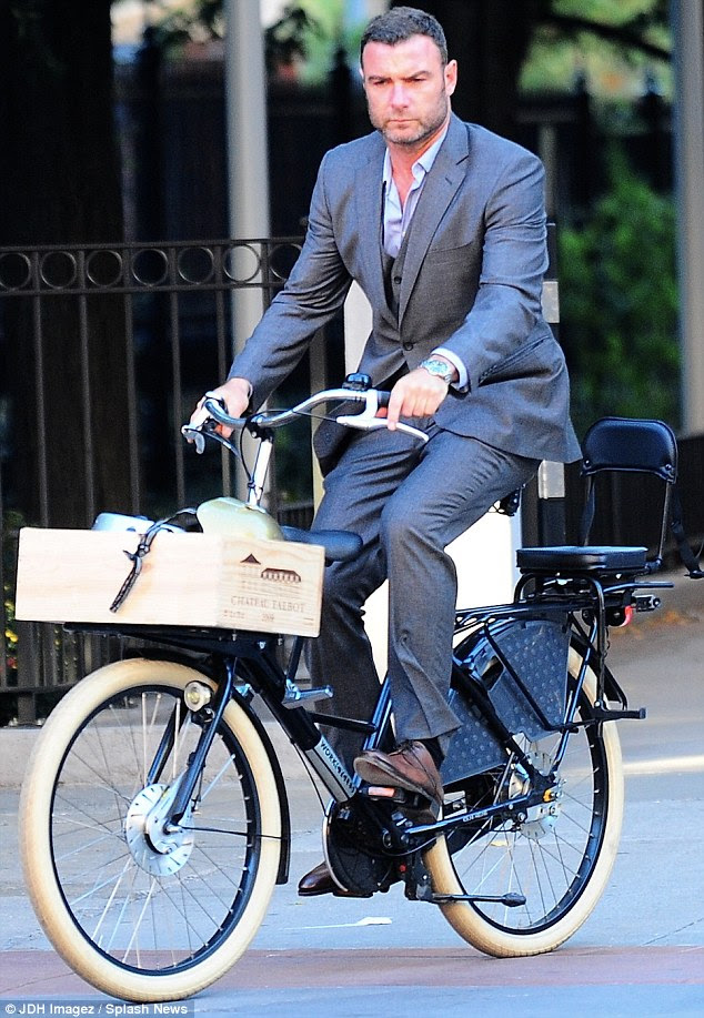 Que olhar duro ... Em um dia normal, a moto tem um assento extra na frente e nas costas, mas sem preenchimento entre
