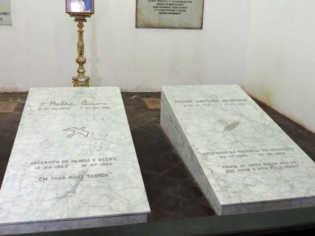 Túmulo de Dom Hélder e Padre Herinque também foram visitados (Foto: Katherine Coutinho/G1)