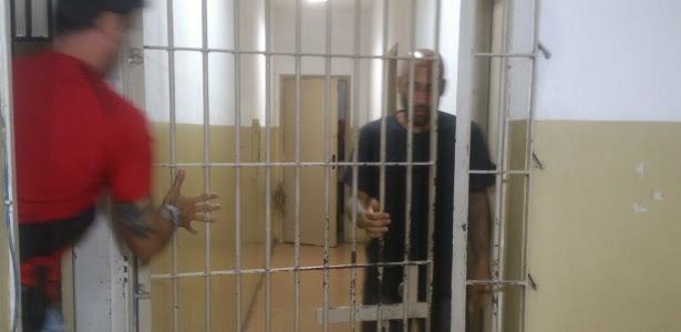 19.nov.2014 - Preso no Litoral paulista, ex-jogador Edinho deixa a prisão