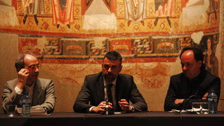 El conseller Santi Vila, en una de les sales del romànic del MNAC, flanquejat pel director del museu, Pepe Serra (a la dreta) i el conservador en cap Juanjo Lahuerta (ACN)