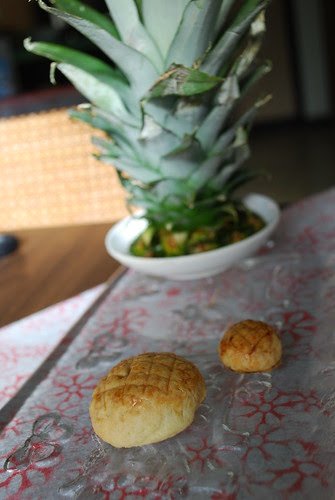 Big pineapple tart and chibi-pineapple tart