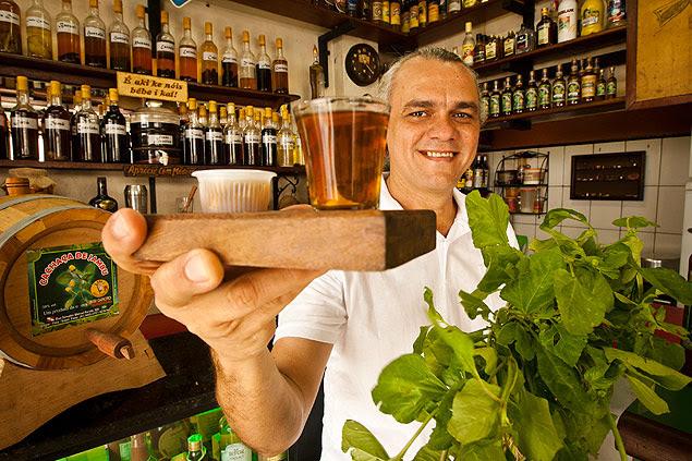 O empresário Leodoro Porto com a erva amazônica usada em sua cachaça aromatizada
