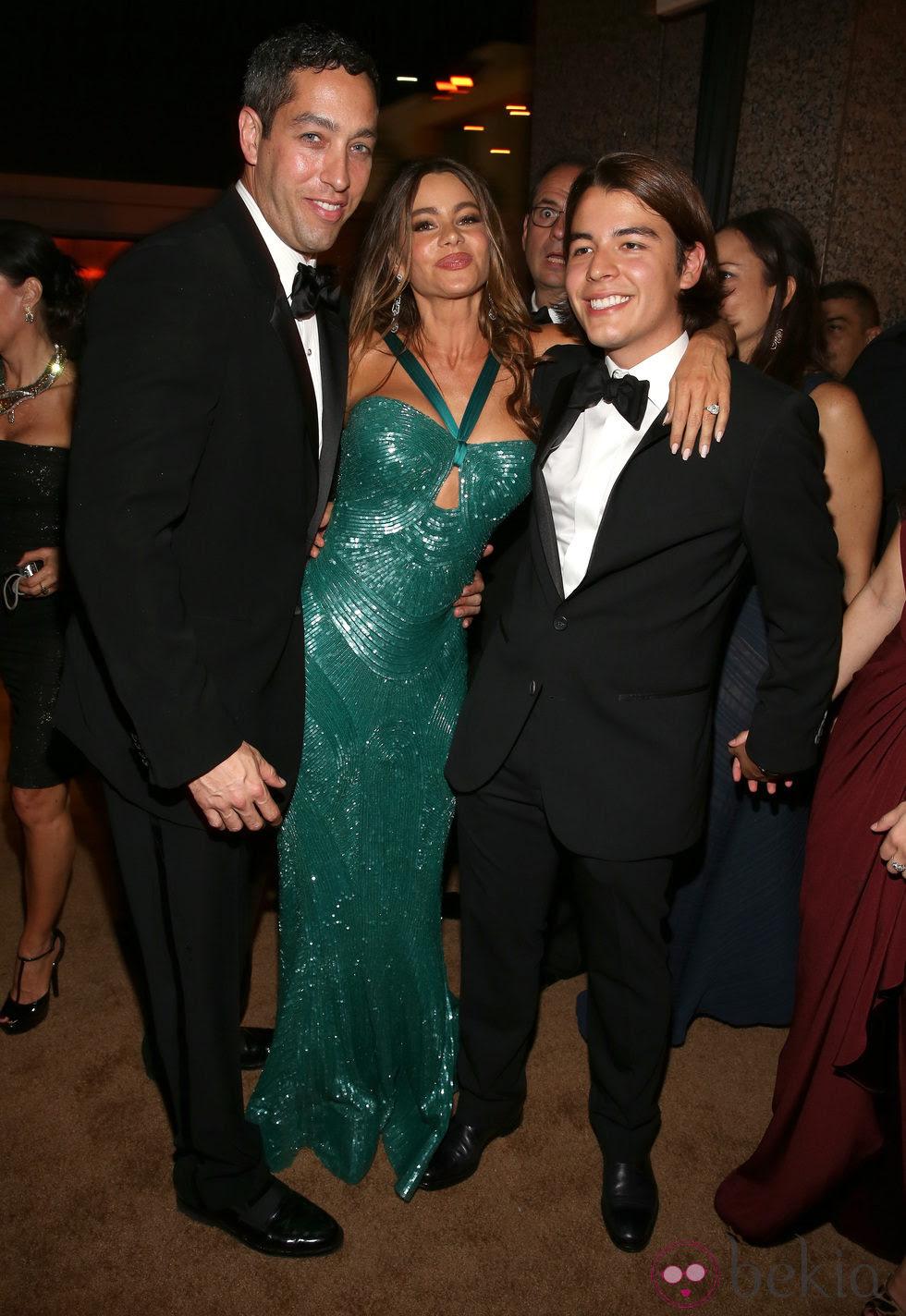 Sofia Vergara con Nick Loeb y su hijo Manolo en la fiesta Fox tras los Emmy 2012