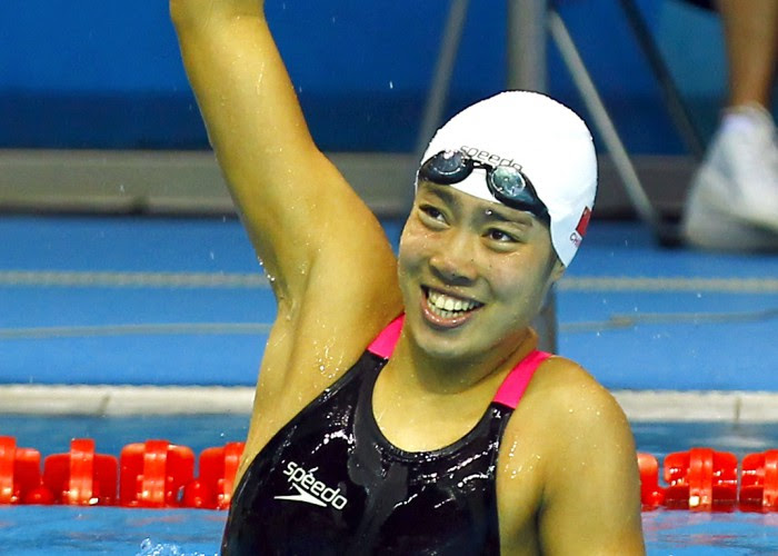 (140819) -- Nanjing,Aug 19,2014 (Xinhua) -- Gold medalist Shen Duo of China celebrates after the women's 100m Freestyle final of swimming event of Nanjing 2014 Youth Olympic Games in Nanjing, capital of east China's Jiangsu Province, on Aug. 19, 2014. (Xinhua/Ding Xu) (txt)