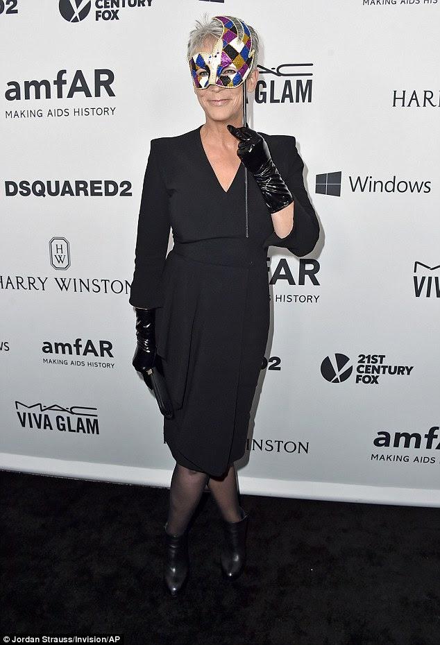 Horror veterano: Jamie Lee Curtis, que foi escalado para a próxima temporada de Murphy Scream Queens, mostrou seu senso de estilo em um vestido preto simples com látex luvas pretas e uma máscara