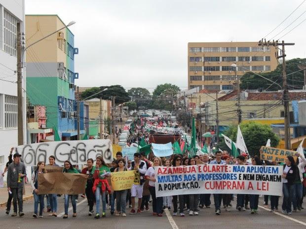 Professores em protesto na rua 13 de Julho em Campo Grande. (Foto: Priscilla dos Santos/ G1 MS)